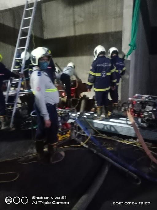 राहत और बचाव कार्य में लगी फायर ब्रिगेड की टीम।