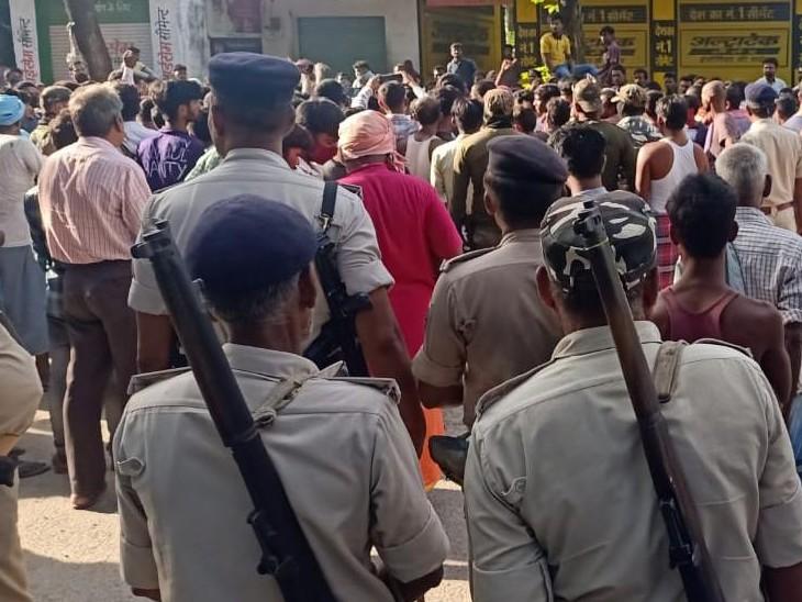 लड़की के घर के सामने हंगामे के बाद 6 थानों की पुलिस मौके पर पहुंच गई।