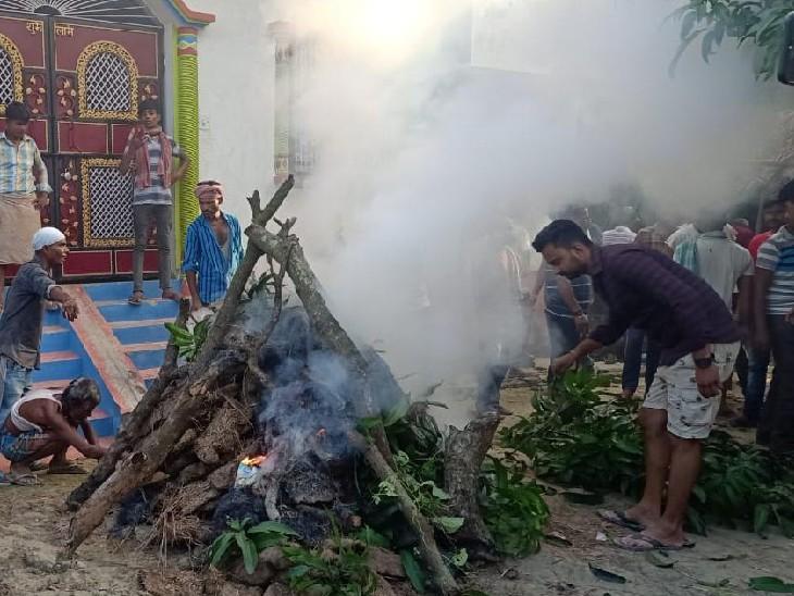 बिहार में लड़की के घरवालों ने लड़के को पीटा, प्राइवेट पार्ट भी काटा; अस्पताल में मौत के बाद लोगों ने आरोपियों के घर के सामने चिता जलाई|मुजफ्फरपुर,Muzaffarpur - Dainik Bhaskar