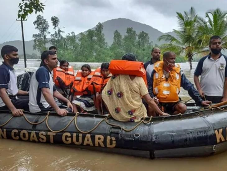 ICG की टीम उत्तर कन्नड़ जिले में भारी बारिश के बाद बाढ़ वाले इलाके में बचाव अभियान में लगी है। लोगों को सुरक्षित जगहों पर पहुंचाया जा रहा है।