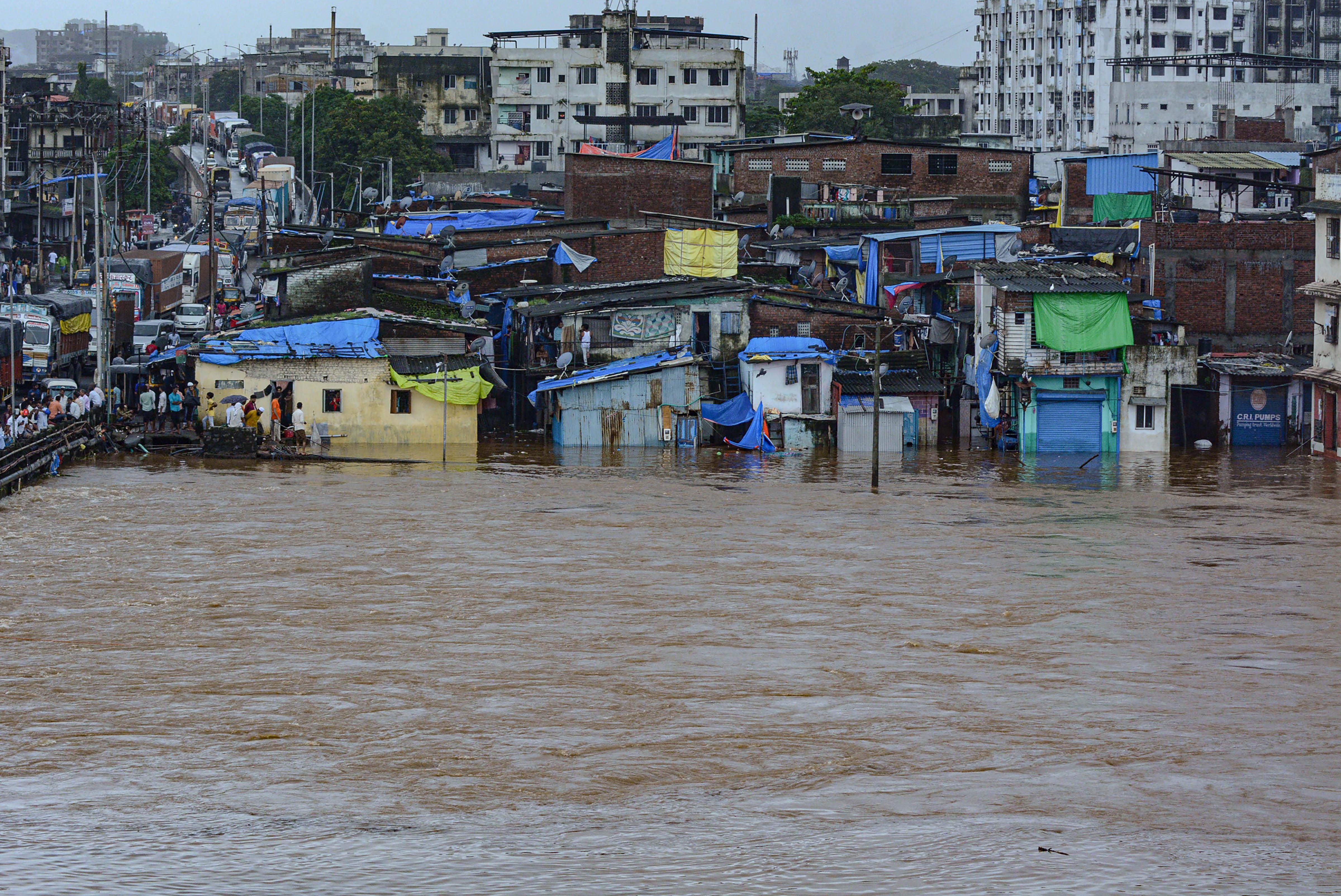 महाराष्ट्र में थाने शहर के भिवंडी इलाके में भारी बारिश के भरा पानी।