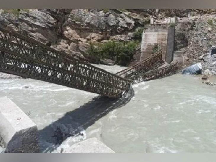 चट्टानें गिरने से टूटा पुल नदी में गिर गया। लगातार पत्थर गिरने की वजह से रेक्स्यू में दिक्कत आ रही है।