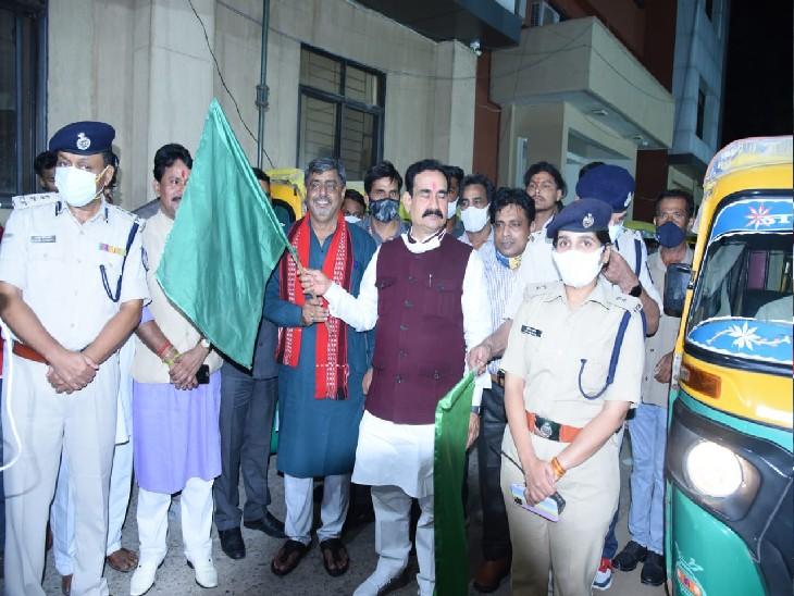 MY TRAFFIC MY SAFATY एप लॉन्च करने के दौरान QR कोड से लैस ऑटो को हरी झंडी दिखाकर रवाना करते हुए - Dainik Bhaskar