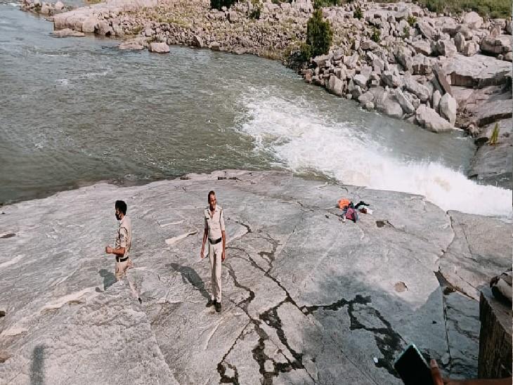ग्वालियर के धूमेश्वर में युवक को गहरे पानी में डूबता देखकर बचाने के लिए कूदा दोस्त, दोनों लापता ग्वालियर,Gwalior - Dainik Bhaskar