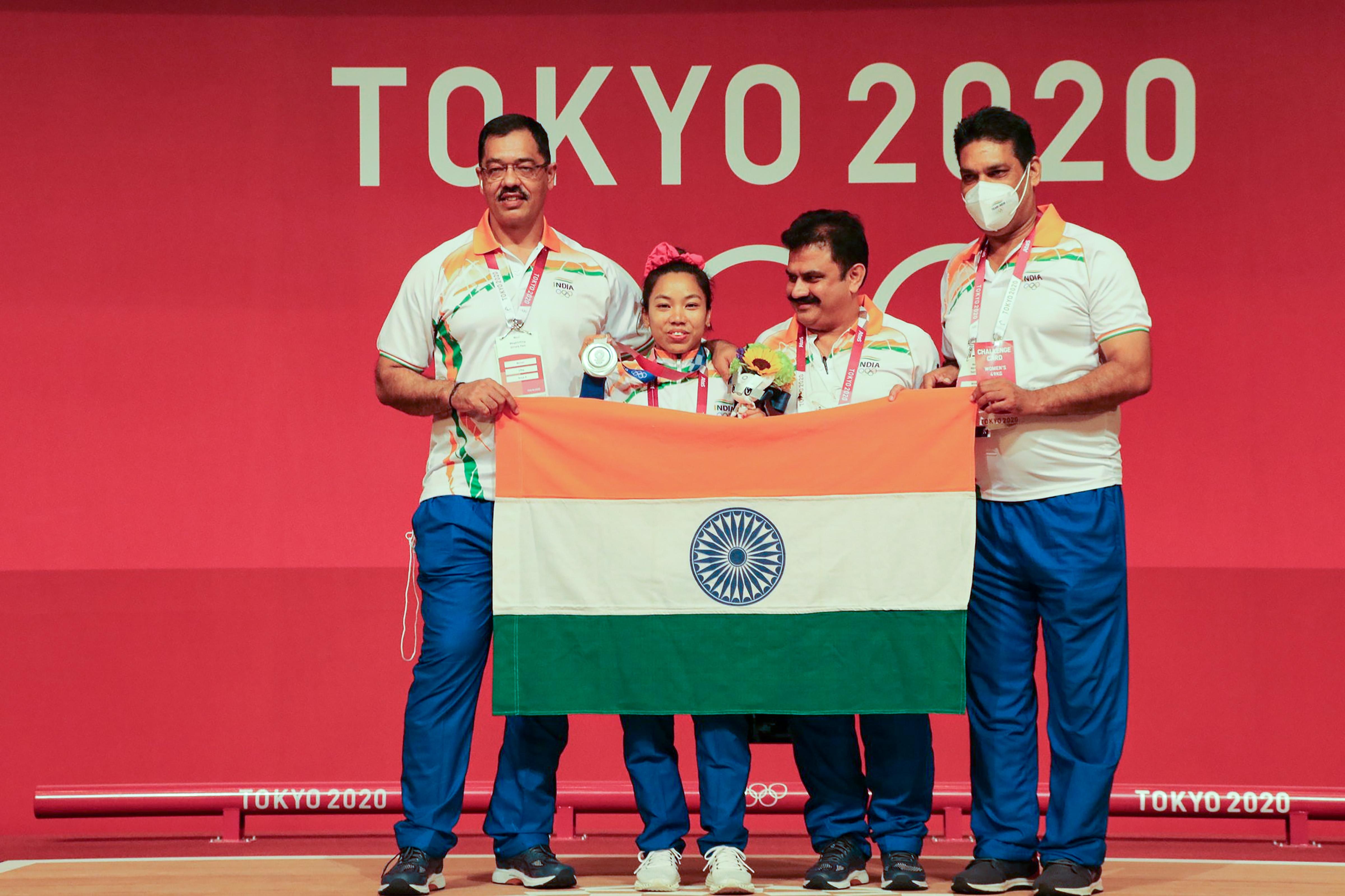 IOA चीफ ने बताया कि सिल्वर मेडल जीतने वाले मीराबाई चानू सोमवार को भारत वापस आ जाएंगी। उन्होंने महिलाओं की 49 किलोग्राम वेट कैटेगरी में कुल 202 किलोग्राम वजन उठाकर सिल्वर मेडल जीता।