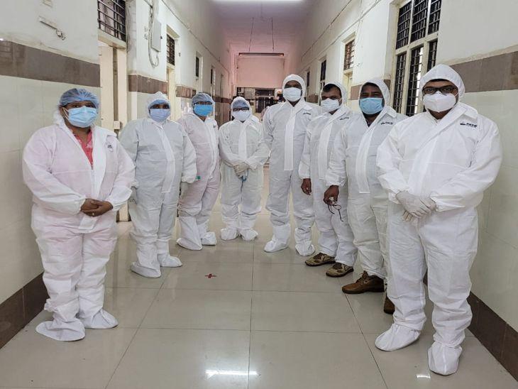 इंदौर में एमजीएम मेडिकल कॉलेज में पीपीई किट पहनकर तैयार रहा स्टाफ, 38 हजार परीक्षार्थियों में से एक भी कोरोना संक्रमित नहींं|इंदौर,Indore - Dainik Bhaskar