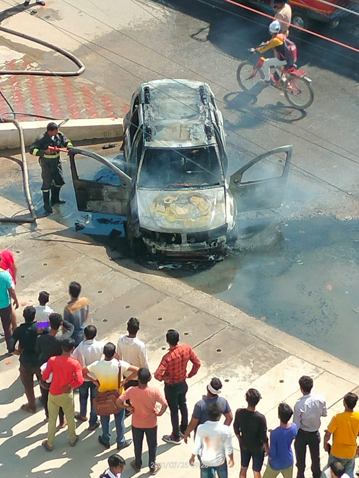 ड्राइवर ने गाड़ी में धुंआ उठता देख कूदकर बचाई जान, दमकल ने एक घंटे में पाया काबू|मथुरा,Mathura - Dainik Bhaskar