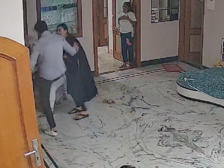 घर में CCTV लगवाने पर हुआ विवाद, बहन के ससुराल आए युवक ने बुजुर्ग दंपती से की मारपीट; महिलाओं में भी चले लात-घूंसे रायपुर,Raipur - Dainik Bhaskar