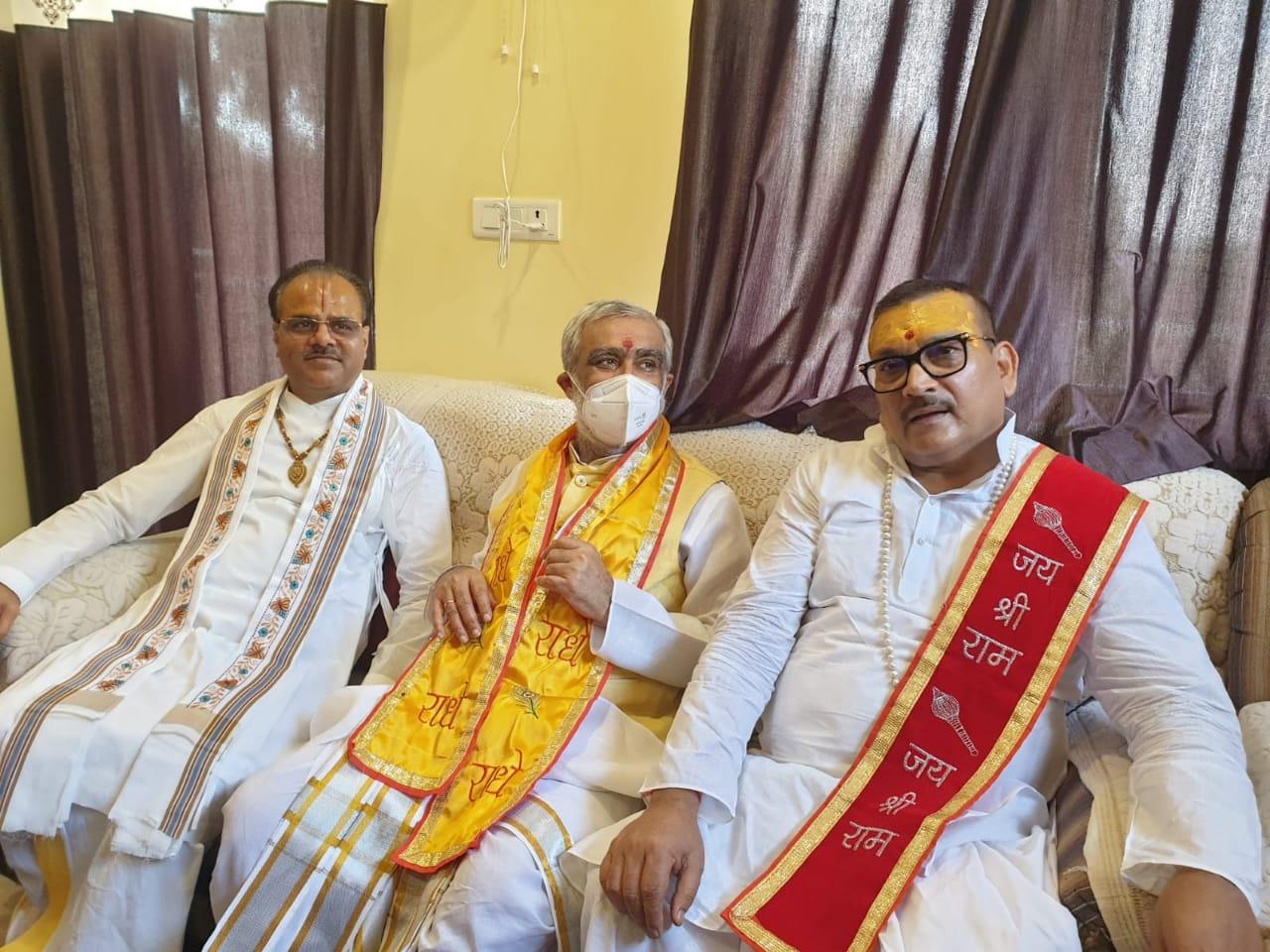 श्रीमद् भागवत कथा वाचक और पूर्व डीजीपी के साथ केंद्रीय मंत्री अश्विनी चौबे।