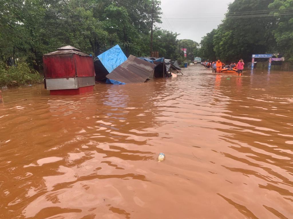 चिपलून में सड़कों पर भरा पानी।