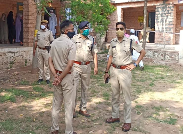 नागौर में एसपी अभिजीत सिंह एक पोलिंग बूथ पर जायजा लेते हुए।
