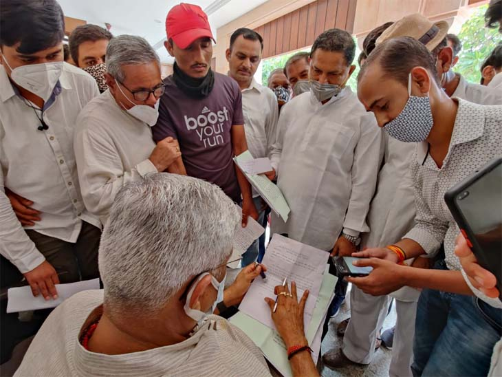 केन्द्रीय मंत्री शेखावत ने निवास पर छह घण्टे आमजन से मुलाकात कर जनसुनवाई की जोधपुर,Jodhpur - Dainik Bhaskar