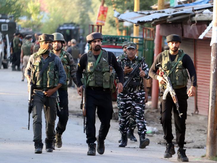 कुलगाम के खुदवानी इलाके में दहशतगर्दों ने पुलिस कॉन्स्टेबल से AK-47 राइफल छीनी; मुनंद में एक आतंकी ढेर|देश,National - Dainik Bhaskar