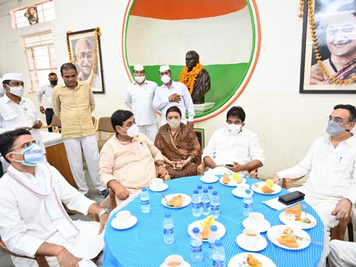 बैठक में सचिन पायलट और अजय माकन आमने-सामने बैठे थे।