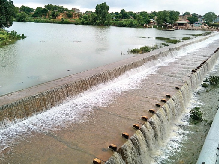 24 घंटे में 72 मिमी बारिश, ओवरफ्लो हुआ बंजारा बांध, 14 साल बाद इतनी देरी से भरा श्योपुर,Sheour - Dainik Bhaskar