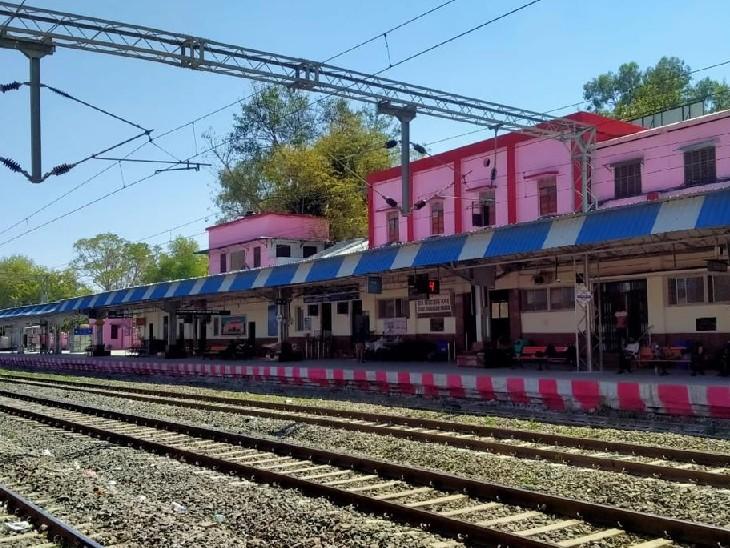 भोपाल की जगह केवल संत हिरदाराम नगर स्टेशन पर प्रस्तावित छह ट्रेनों को हाल्ट दिए जाने का मामला रेल मंत्री तक पहुंच गया है। - Dainik Bhaskar