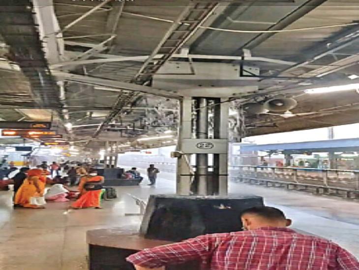 प्लेटफॉर्म नंबर-1 पर शेड से लगातार बारिश का  पानी गिर रहा है। इससे यात्री परेशान होते रहते हैं। - Dainik Bhaskar