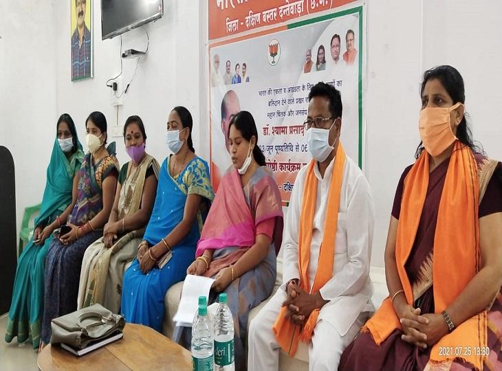 अध्यक्ष ओजस्वी ने कहा- मंत्री जी को नहीं आता महिलाओं का सम्मान करना; भाजपा प्रदेश प्रभारी डी पुरंदेश्वरी को फूलनदेवी कह कर किया गया अपमानित|जगदलपुर,Jagdalpur - Dainik Bhaskar