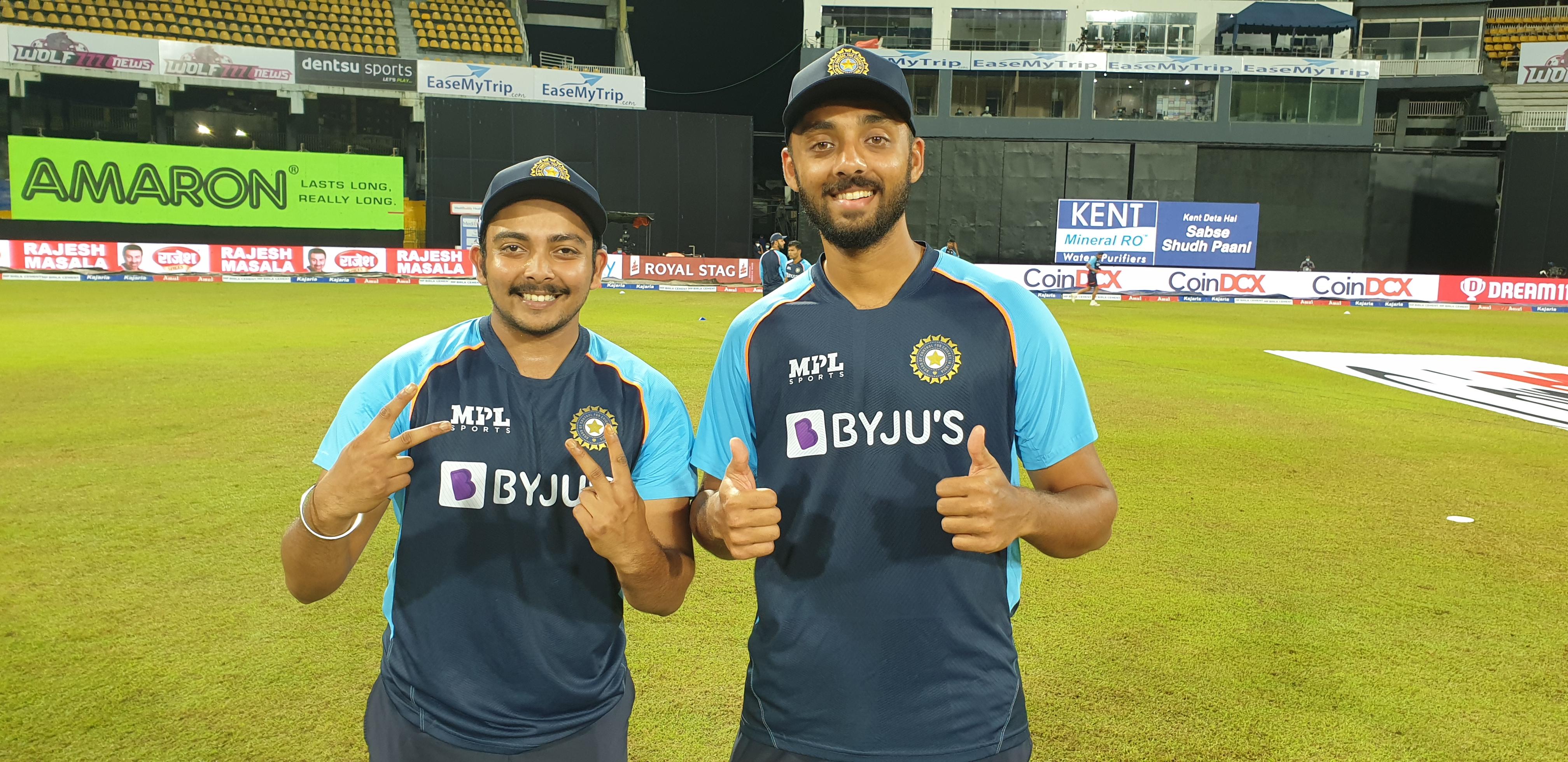 टीम इंडिया के लिए टी-20 में डेब्यू करने वाले पृथ्वी शॉ और वरुण चक्रवर्ती।
