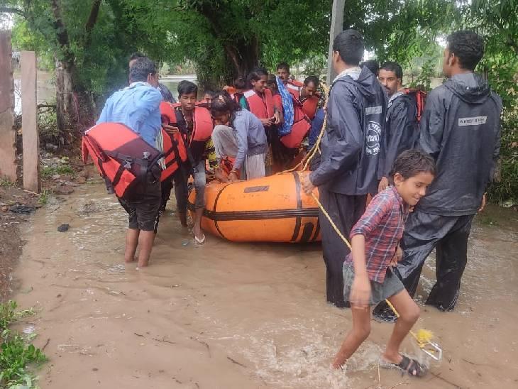 विदिशा में रेस्क्यू ऑपरेशन चलाकर 76 लोगों को सुरक्षित निकाला।