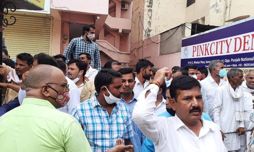 सचिन के साथ वेणु-माकन विधायकों-पदाधिकारियों की बैठक ले रहे थे, बाहर पायलट के समर्थकों ने जमकर नारेबाजी की; मुश्किल से चुप कराया|जयपुर,Jaipur - Dainik Bhaskar