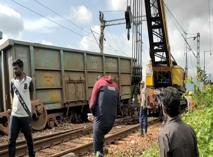 क्रेन की मदद से मालगाड़ी के डिब्बों को उठाया गया।