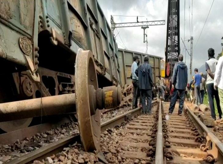 तकनीकी खराबियों के चलते किरंदुल से विशाखापट्टनम जा रही मालगाड़ी डिरेल हो गई। - Dainik Bhaskar