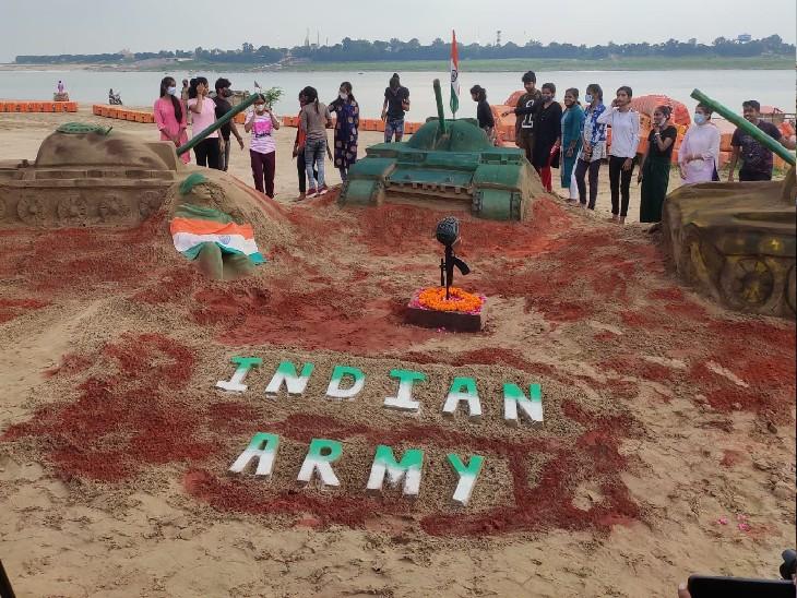 कारगिल विजय दिवस की पूर्व संध्या पर सैंड आर्टिस्टों द्वारा प्रयागराज के संगम नोज पर तैयार किया गया कारगिल युत्र भूमि का सांकेतिक दृश्य।