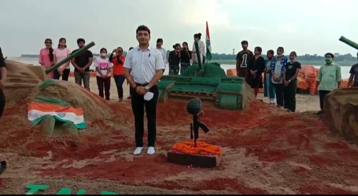 प्रयागराज के डीएम संजय खत्री भी पहुंचे और सभी ने छात्र-छात्राओं की हौसलाफजाई की।
