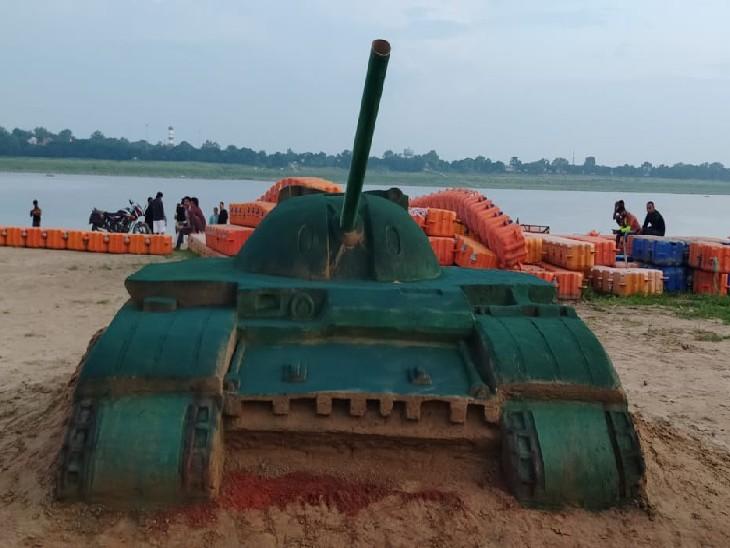 संगम नोज पर रेत से तैयार की गई यह तोप आकर्षण का केंद्र रही।