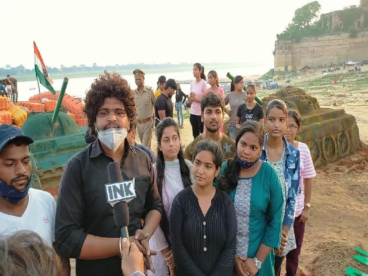 सैंड आर्ट के बारे में जानकारी देते सैंड आर्टिस्ट अजय व अन्य छात्र-छात्राएं।