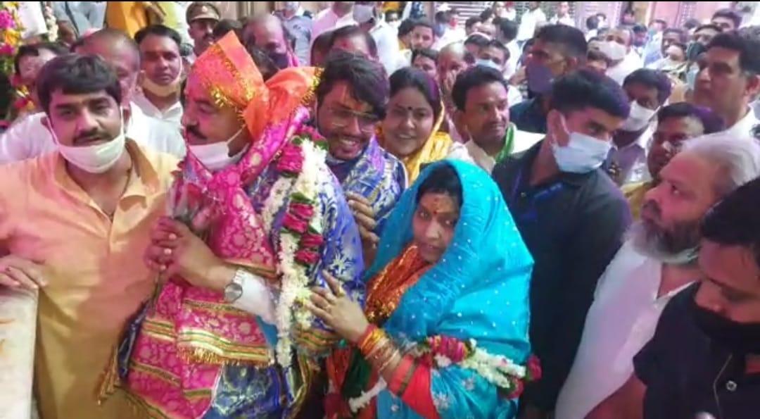बांके बिहारी के दर्शन कर 325 प्लस सीटें जीतने की कामना की, रमणरेती स्थित गुरु शरणानंद महाराज से लिया आशीर्वाद|उत्तरप्रदेश,Uttar Pradesh - Dainik Bhaskar