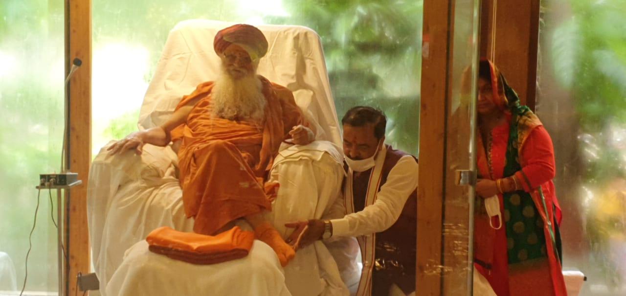 उपमुख्यमंत्री केशव प्रसाद मौर्या ने अपने गुरु कार्ष्णि गुरु शरणानंद महाराज का आशीर्वाद लेने उनकी कुटिया में पहुंचे