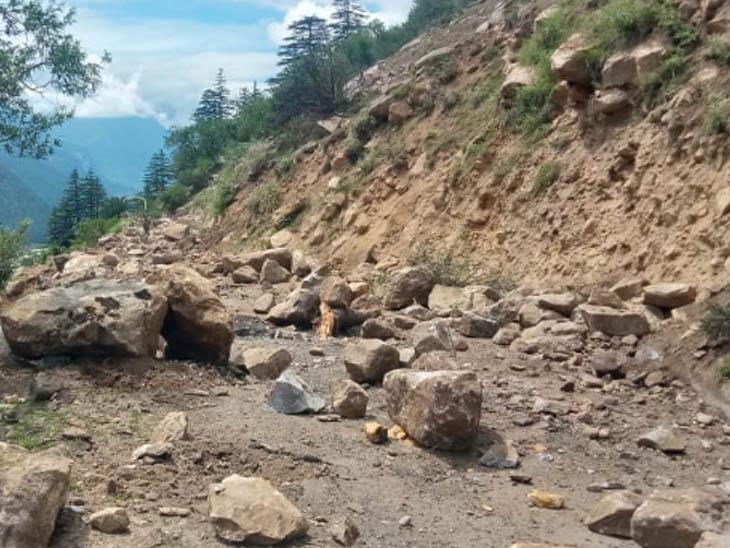 छितकुल और रक्षम को जोड़ने वाली सड़क बड़े-बड़े पत्थरों की वजह से डैमेज हो गई है। यहां आवाजाही रोक दी गई है।