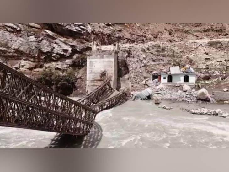 किन्नौर में भू-स्खलन के बाद टूटकर गिरा सांगला-बड़सेरी को जोड़ने वाला पुल।
