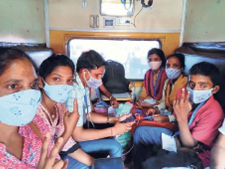 नई दिल्ली से ट्रेन में रांची के लिए रवाना हुआ धनबाद का बालक व अन्य। - Dainik Bhaskar