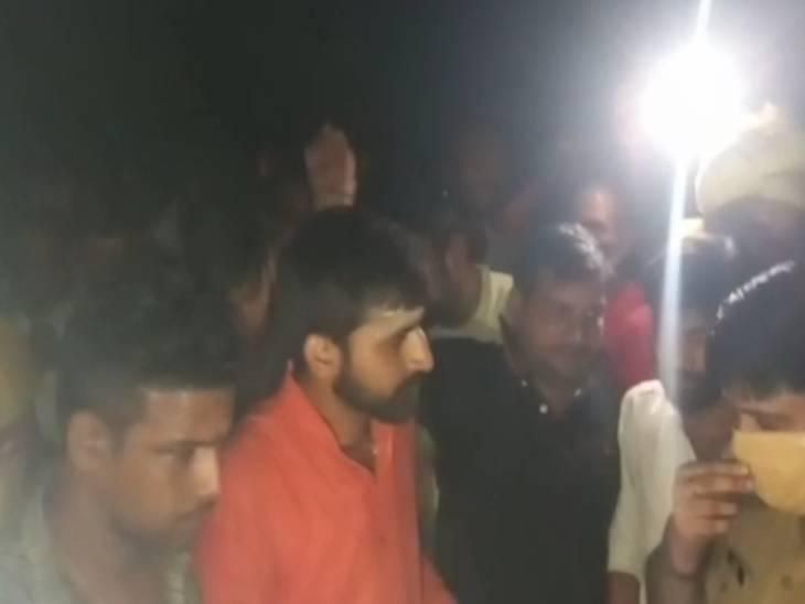 निमंत्रण से लौट रहे प्रधान और पूर्व प्रधान को हमलावरों ने रोककर पीटा, गुस्साए लोगों ने हाईवे किया जाम सुलतानपुर,Sultanpur - Dainik Bhaskar
