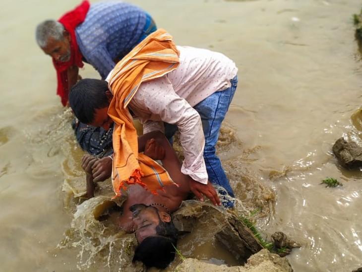 सौरभ कुमार के शव को बरामद कर लिया है। मुकेश और राहुल की तलाश की जा रही है। - Dainik Bhaskar