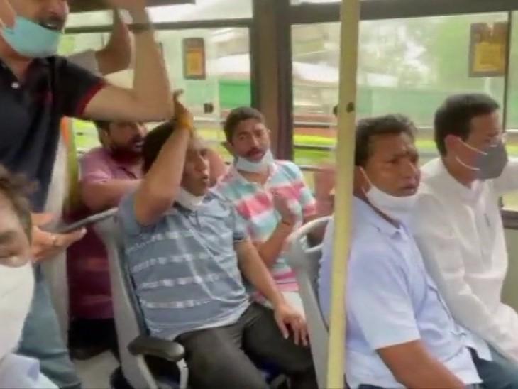 दिल्ली पुलिस ने कांग्रेस महासचिव रणदीप सुरजेवाला, युवा कांग्रेस प्रमुख श्रीनिवास बी वी और कुछ पार्टी कार्यकर्ताओं को हिरासत में ले लिया। CrPC की धारा 144 का उल्लंघन कर ट्रैक्टर मार्च निकालने पर यह कार्रवाई हुई।
