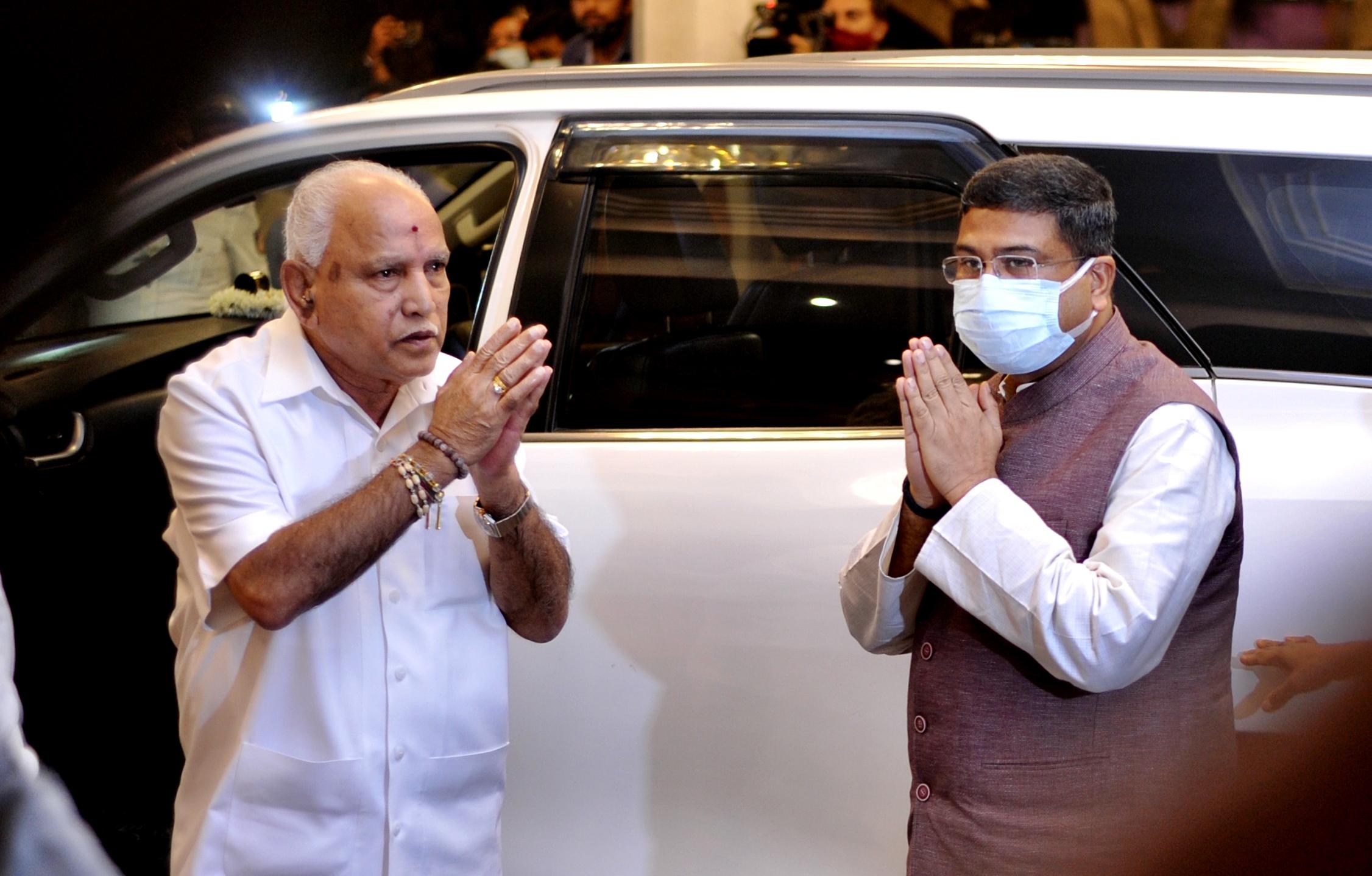 कर्नाटक के प्रभारी जी किशन रेड्डी, केंद्रीय मंत्री धर्मेंद्र प्रधान, कर्नाटक भाजपा अध्यक्ष नलिन कुमार कतिल, पूर्व मुख्यमंत्री येदियुरप्पा समेत राज्य के कई बड़े नेता बैठक में शामिल थे।