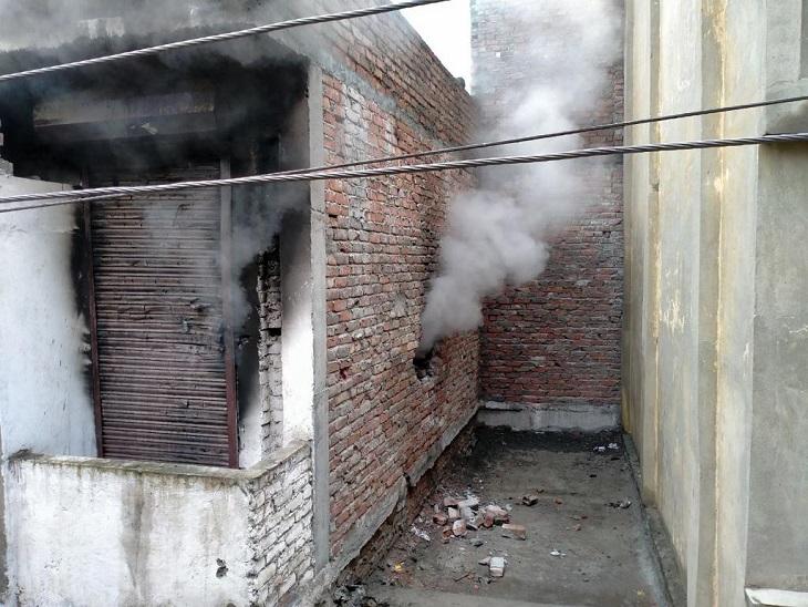 आग के बाद शोरूम की पहली मंजिल स� - Dainik Bhaskar