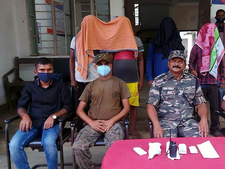 PLFI के चार उग्रवादी गिरफ्तार, सड़क निर्माण में लगे ठेकेदार से रंगदारी लेने की योजना बना रहे थे चारों|झारखंड,Jharkhand - Dainik Bhaskar