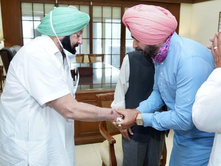 सिद्धू मंगलवार दोपहर अचानक सचिवालय पहुंच गए। सिद्धू के पंजाब कांग्रेस का प्रधान बनने के बाद CM कैप्टन अमरिंदर सिंह से ये उनकी पहली मीटिंग थी। - Dainik Bhaskar