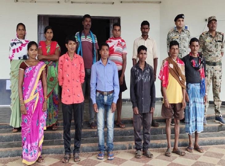 3 महिला नक्सली भी शामिल, इनमें 1 लाख रुपए की 1 इनामी; शहीदी सप्ताह के पहले दिन लोन वर्राटू अभियान में हुई वापसी जगदलपुर,Jagdalpur - Dainik Bhaskar