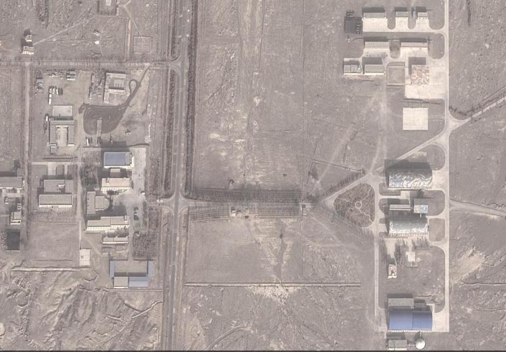 तस्वीर में दाईं ओर नजर आ रही बिल्डिंग्स की छत खुल सकती हैं। इन्हीं के भीतर आसमान की ओर लेजर बीम दागने की मशीनें हैं, जिनसे दूसरे देशों के निगरानी सैटेलाइट बेकार किए जा सकते हैं।
