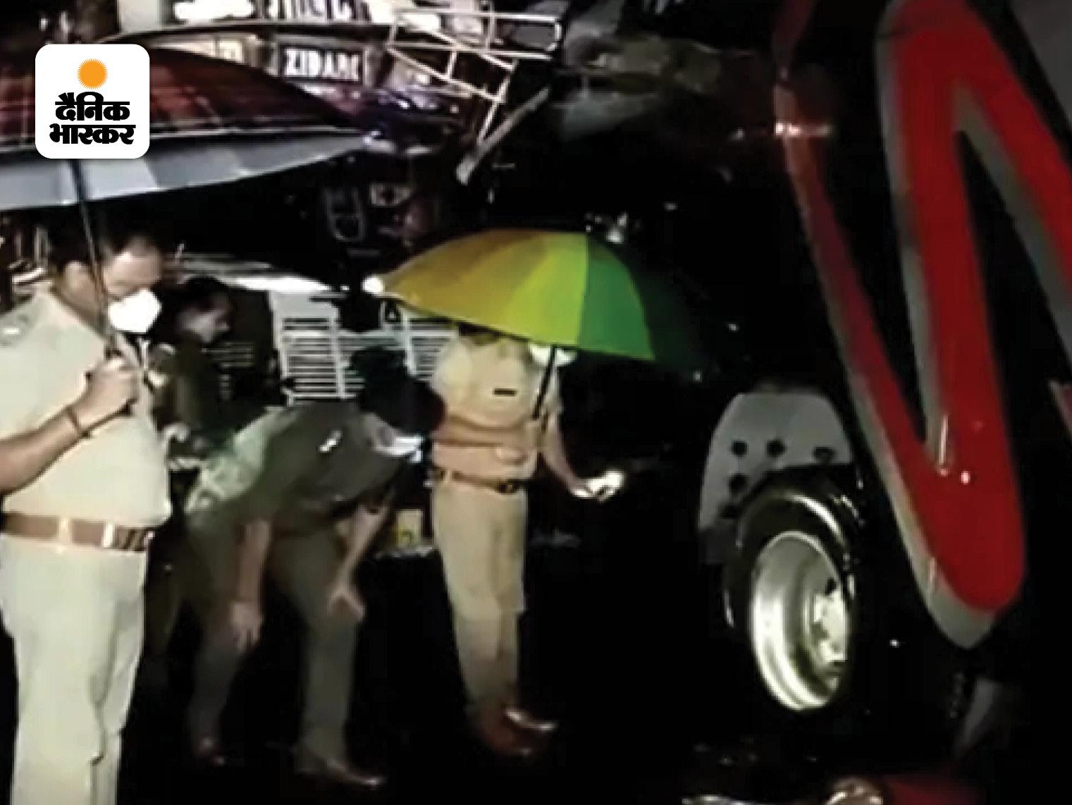 पुलिस ने स्थानीय लोगों की मदद से शवों को हाईवे से हटाया। इसी दौरान तेज बारिश शुरू होने से भी रेस्क्यू में दिक्कत आई।