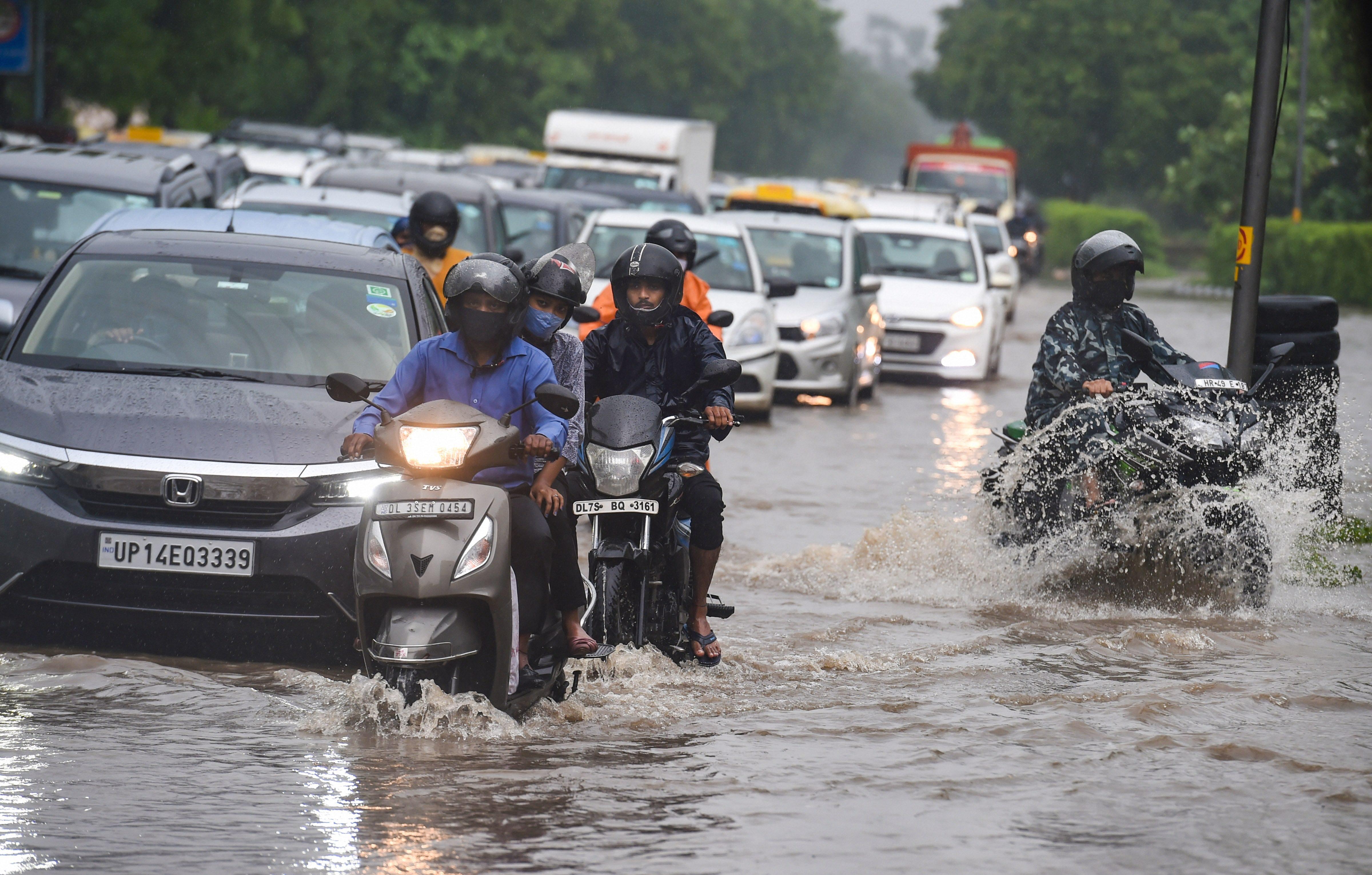 दिल्ली में भारी बारिश के बाद सड़कों पर पानी भर गया।