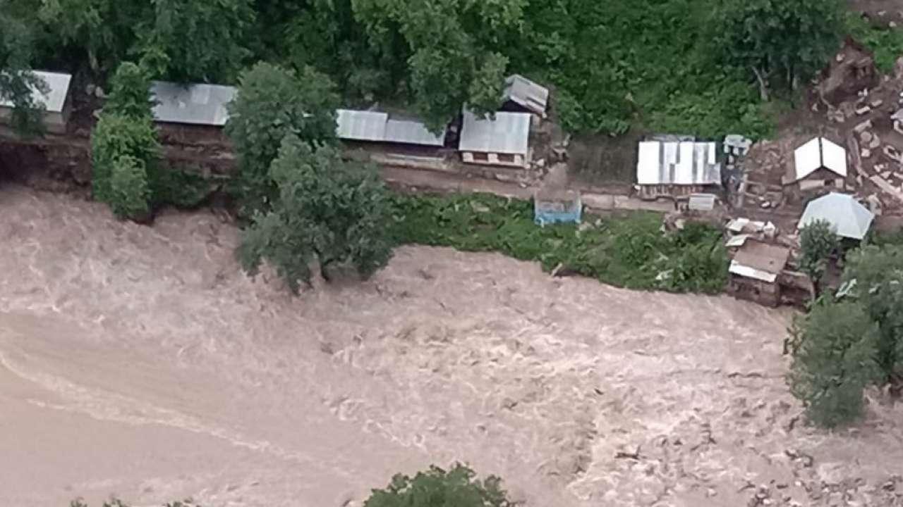 किश्तवाड़ में बादल फटने के बाद आई बाढ़ का भयावह नजारा। - ट्विटर फोटो