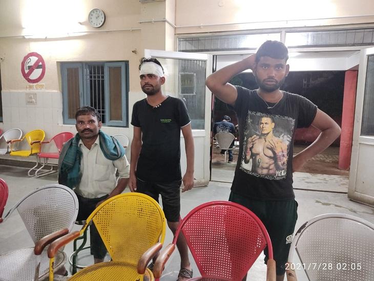 देर रात घर में घुसे दबंगों ने लाठी-डंडों से युवक समेत परिवार को पीटा, बच्चों के बीच हुआ था विवाद अलीगढ़,Aligarh - Dainik Bhaskar