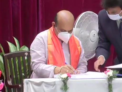 बुधवार सुबह 11 बजे बसवराज का शपथ ग्रहण हुआ। इस दौरान पूर्व मुख्यमंत्री बीएस येदियुरप्पा भी स्टेज पर मौजूद थे।